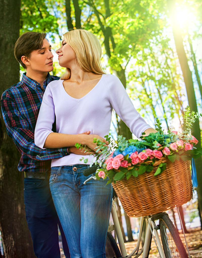 Hintergrundbilder Blondine Mann Paare in der Liebe Zwei Rosen Liebe Mädchens Weidenkorb Blond Mädchen 2