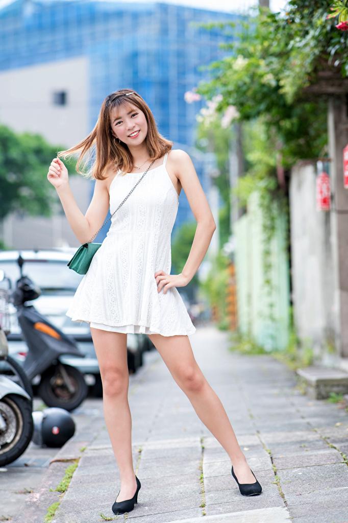 Bilder Lächeln Mädchens Bein Asiatische Starren Kleid  für Handy junge frau junge Frauen Asiaten asiatisches Blick