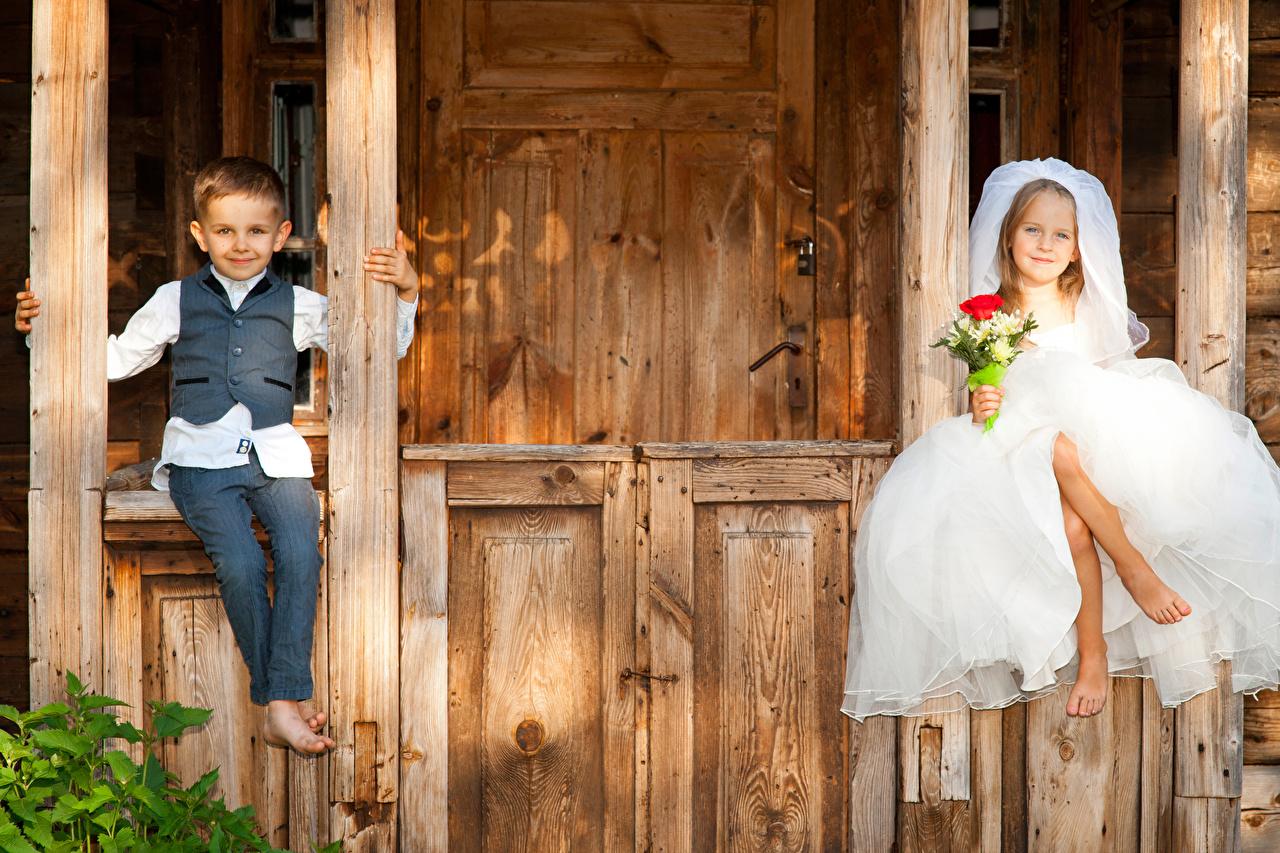 Bilder von Kleine Mädchen Junge Bräutigam Braut Kinder Sträuße Zwei sitzt Kleid jungen bräute 2 sitzen Sitzend