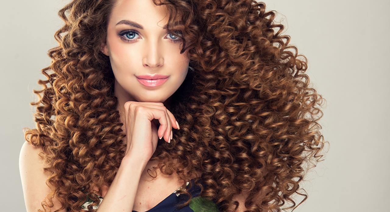 Fotos von Braune Haare Lockige Frisuren Haar junge frau Hand Starren Braunhaarige locken Frisur Mädchens junge Frauen Blick