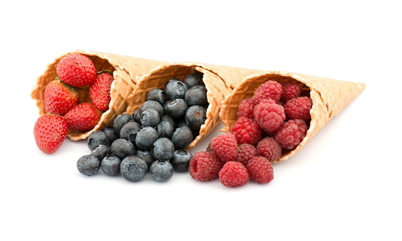 Bilder cornet Erdbeeren Himbeeren Heidelbeeren Drei 3 Lebensmittel Weißer hintergrund Eistüte das Essen