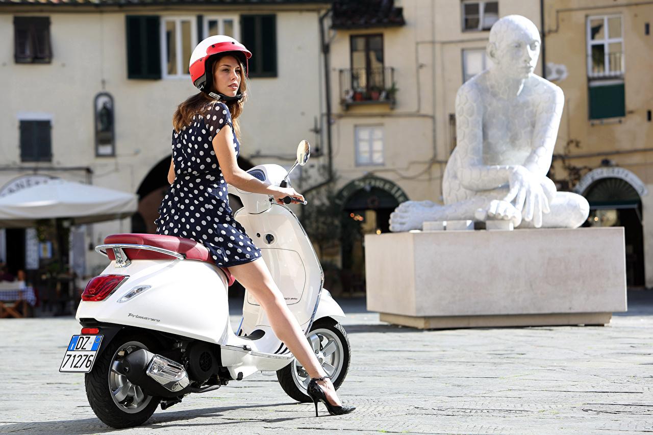 Fotos Motorroller Helm Weiß Motorräder junge Frauen Bein Kleid Motorrad Mädchens junge frau