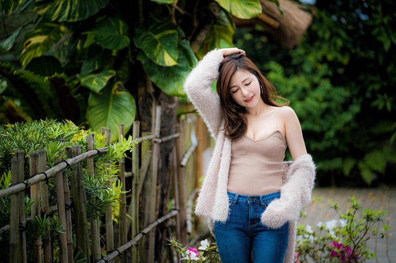 Afbeeldingen Bruin haar vrouw poseren jonge vrouw Aziaten Spijkerbroek Mouwloos shirt hand Pose Jonge vrouwen Jeans aziatisch Handen