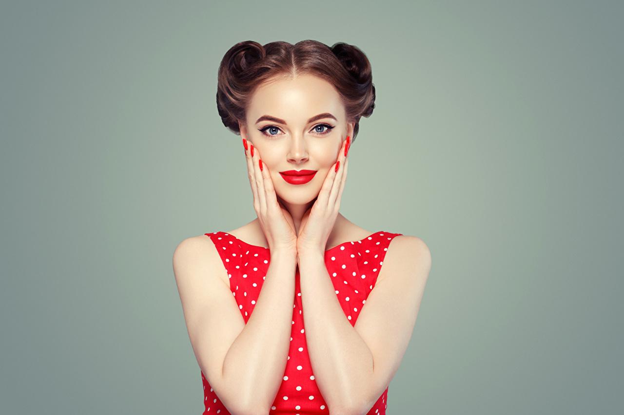 Hintergrundbilder Neujahr Braune Haare Mädchens Hand Starren Rote Lippen Grauer Hintergrund Braunhaarige Blick