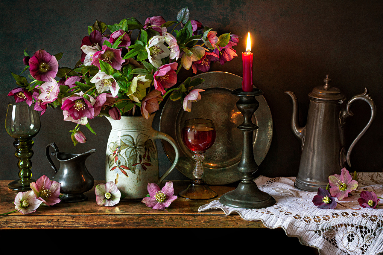 Fotos Wein Blüte kannen Nieswurz Vase Kerzen Weinglas Stillleben Kanne krüge Blumen Lenzrosen Christrosen Schneerosen