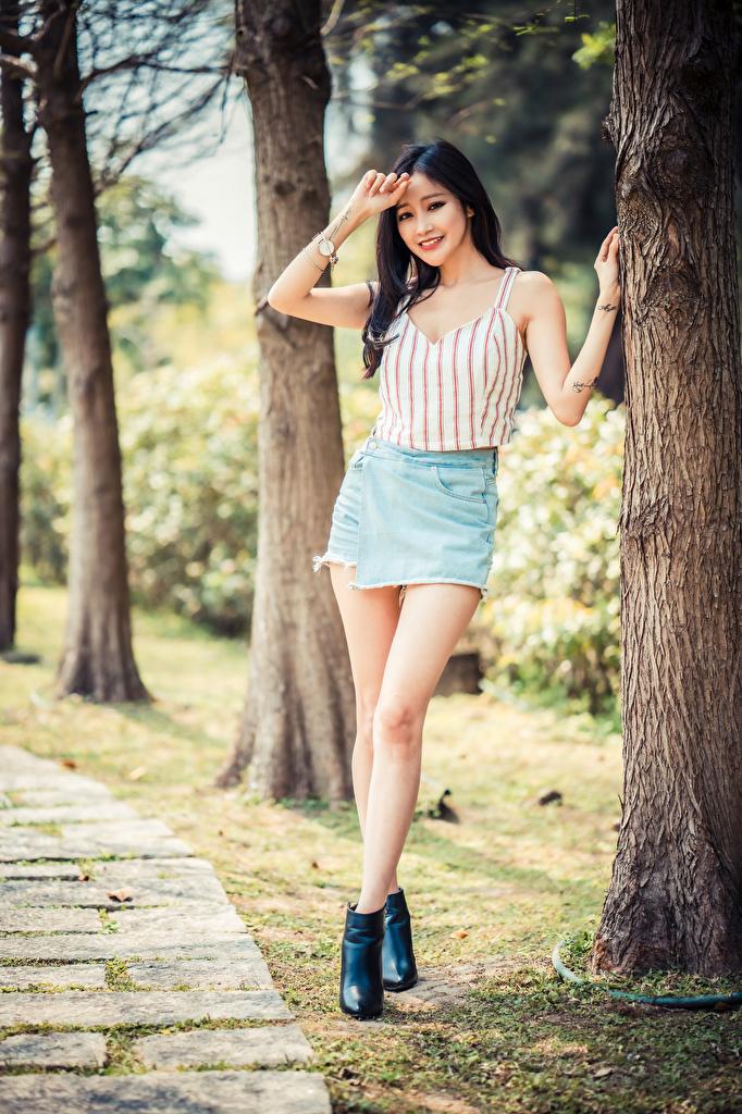 Tapety na pulpit Spódnica Uśmiech pozować młoda kobieta Nogi azjatycka Pnia drzewa Podkoszulek  dla Telefon komórkowy Poza dziewczyna Dziewczyny młode kobiety Azjaci Podkoszulka