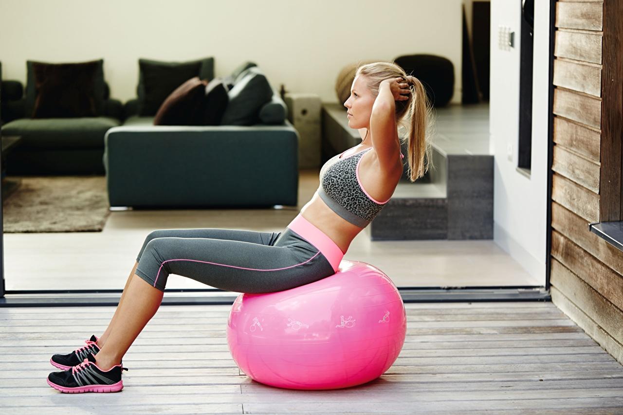 Foto Blondine Trainieren Fitness Mädchens Ball Sitzend Blond Mädchen Körperliche Aktivität junge frau junge Frauen sitzt sitzen