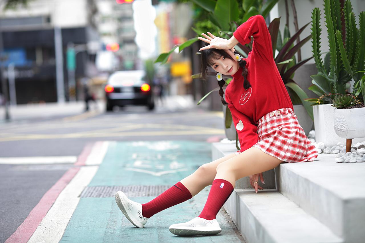 Desktop Hintergrundbilder Rock Zopf unscharfer Hintergrund posiert Mädchens Bein asiatisches Hand Sitzend Blick Bokeh Pose junge frau junge Frauen Asiaten Asiatische sitzt sitzen Starren