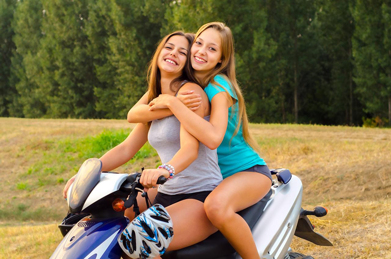Desktop Hintergrundbilder Motorroller Braunhaarige Lächeln 2 Mädchens Braune Haare Zwei junge frau junge Frauen
