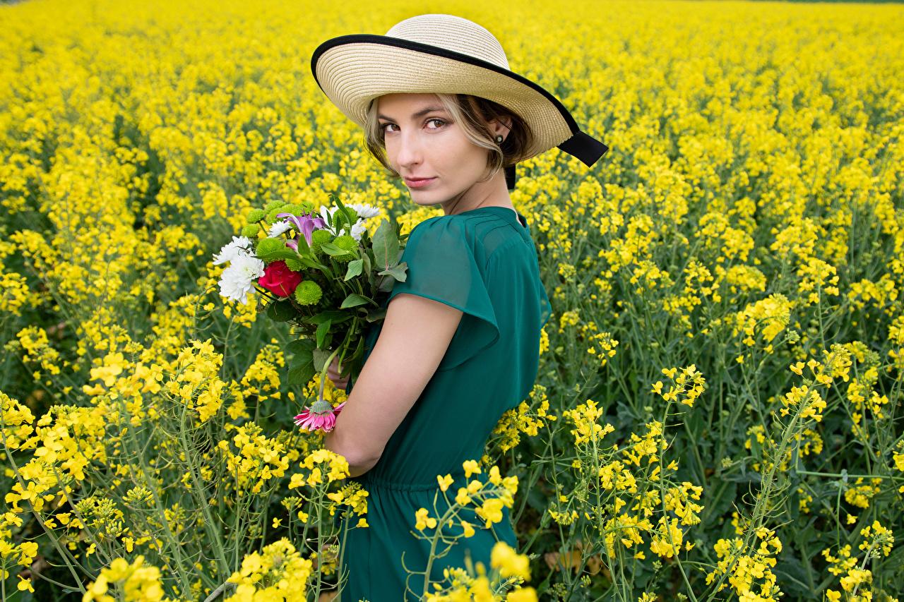 Fotos von Alena Sträuße Raps Der Hut Mädchens Felder Blick Kleid Blumensträuße junge frau junge Frauen Acker Starren