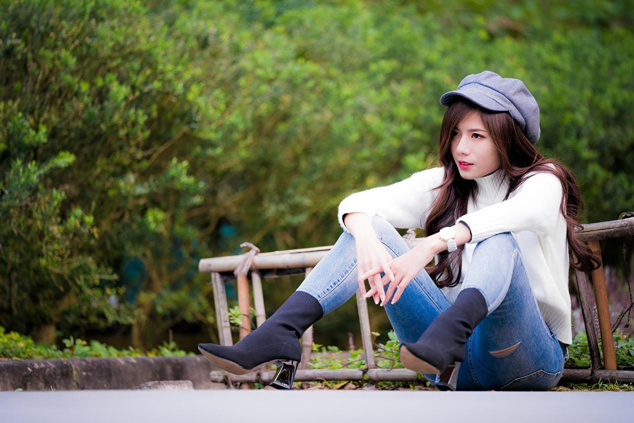 Fotos von Braune Haare Bokeh junge Frauen Bein Jeans Sweatshirt asiatisches Hand sitzt baseballmütze Braunhaarige unscharfer Hintergrund Mädchens junge frau Asiaten Asiatische sitzen Sitzend Baseballcap baseballkappe