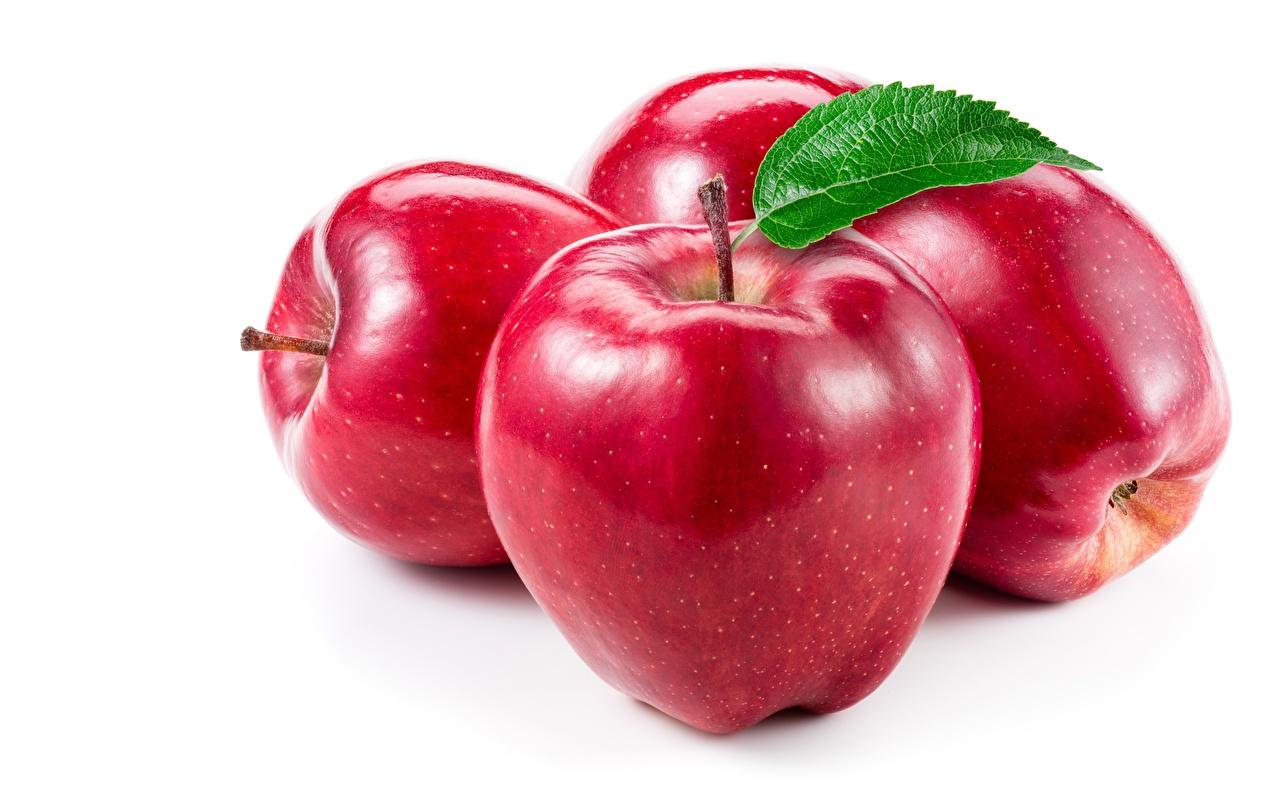 Foto's Rood Appels Voedsel Close-up Witte achtergrond spijs van dichtbij