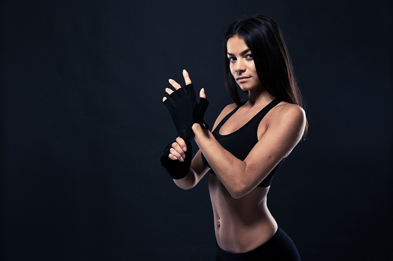 Fotos von Brünette Handschuh Fitness Mädchens sportliches Starren Sport junge frau junge Frauen Blick