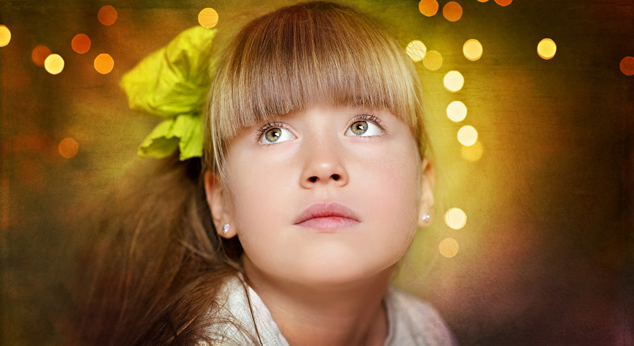 Desktop Hintergrundbilder Kleine Mädchen Dunkelbraun unscharfer Hintergrund niedlich Frisur kind Gesicht Starren Bokeh nett Süß süße süßer süßes Frisuren Kinder Blick