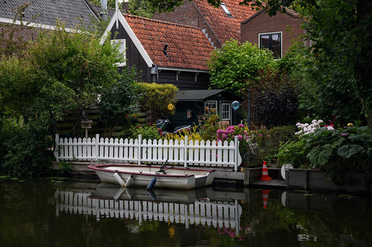 Fotos Niederlande Edam Zaun Boot Bootssteg Städte Strauch Gebäude Seebrücke Schiffsanleger Haus