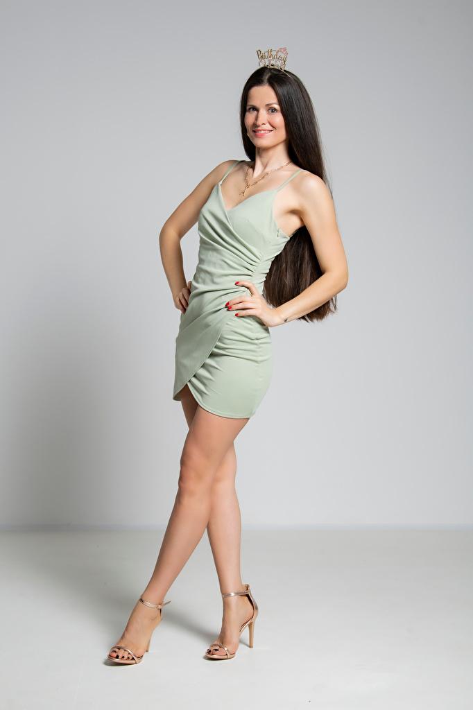 Bilder Krone Brünette Lächeln Antonija Pose junge frau Bein Kleid  für Handy posiert Mädchens junge Frauen