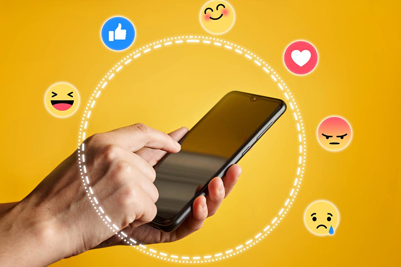 Fotos von Smilies Smartphone Finger Farbigen hintergrund smartphones