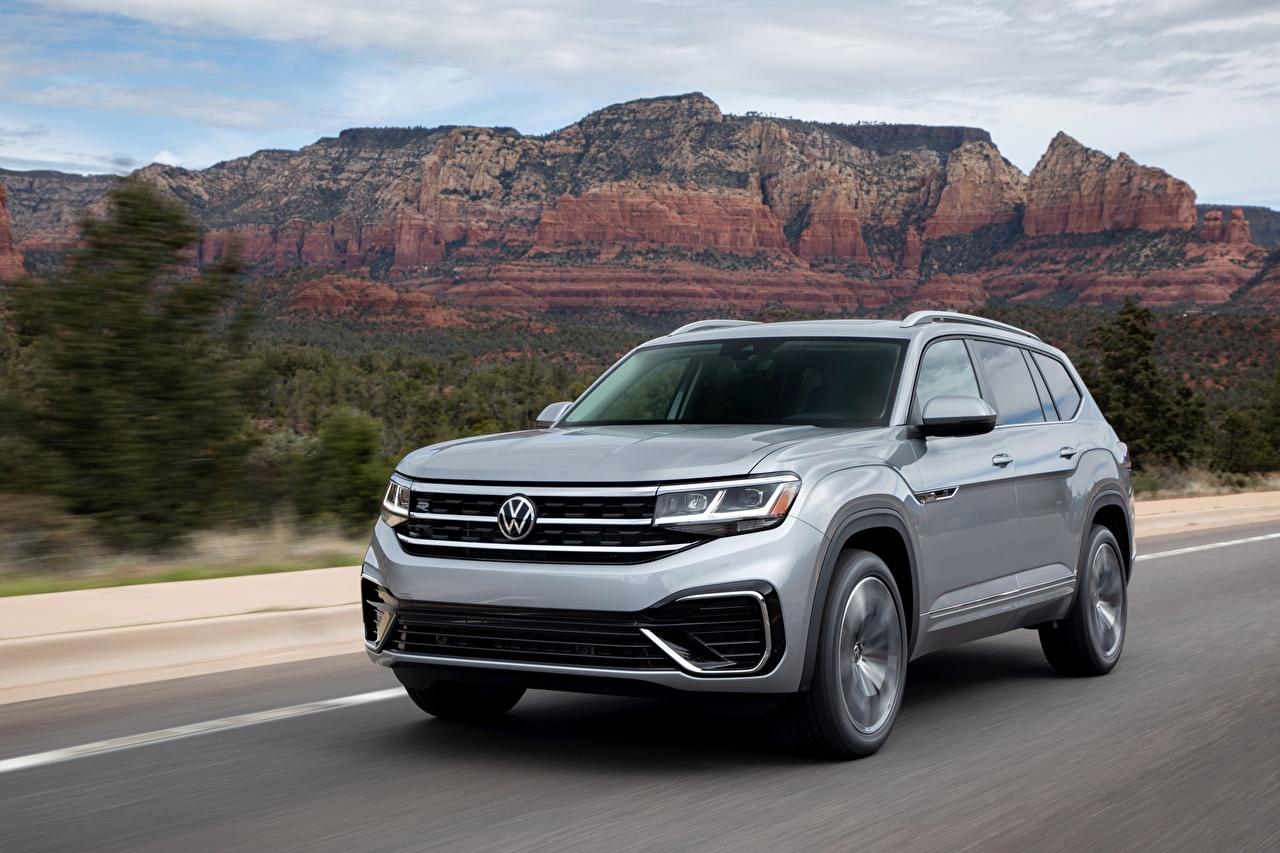 Desktop Hintergrundbilder Volkswagen Softroader Atlas, 2020 graues Geschwindigkeit Autos Metallisch Crossover Grau graue fährt fahren Bewegung fahrendes auto automobil