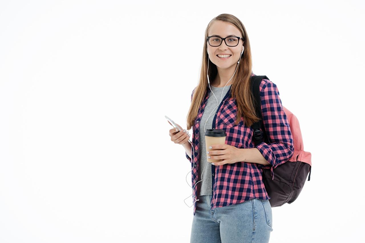 Fotos von Braune Haare weibliche studenten Lächeln Rucksack Hemd Mädchens Jeans Blick Weißer hintergrund Studentin Braunhaarige junge frau junge Frauen Starren
