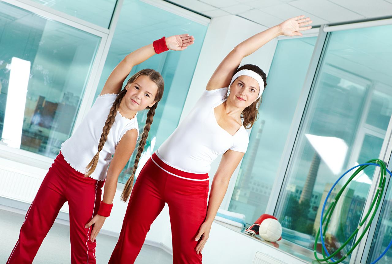 Fotos von Kleine Mädchen Zopf Mutter Fitness 2 Sport Mädchens Hand Zwei junge frau sportliches junge Frauen
