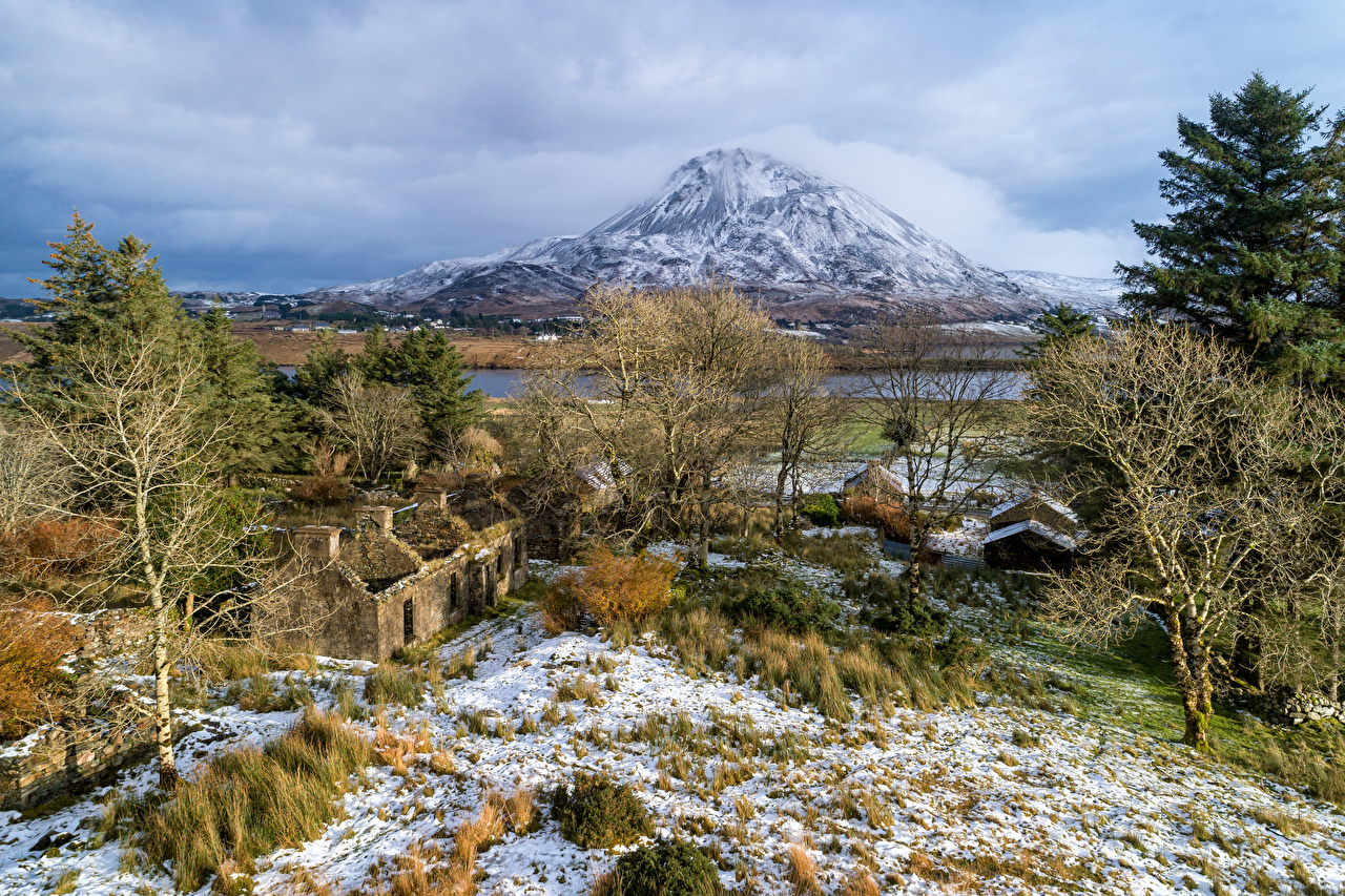 Desktop Hintergrundbilder Irland Dunlewey Lough, Donegal Natur Gebirge Ruinen Schnee steinern Bäume Berg steinerne Steinernen