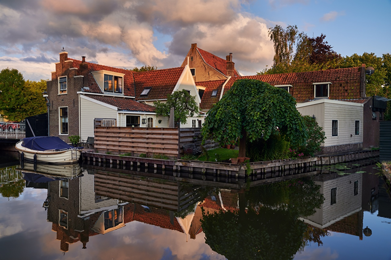 Picture Netherlands Edam Reflection Water Boats Cities Building reflected Houses