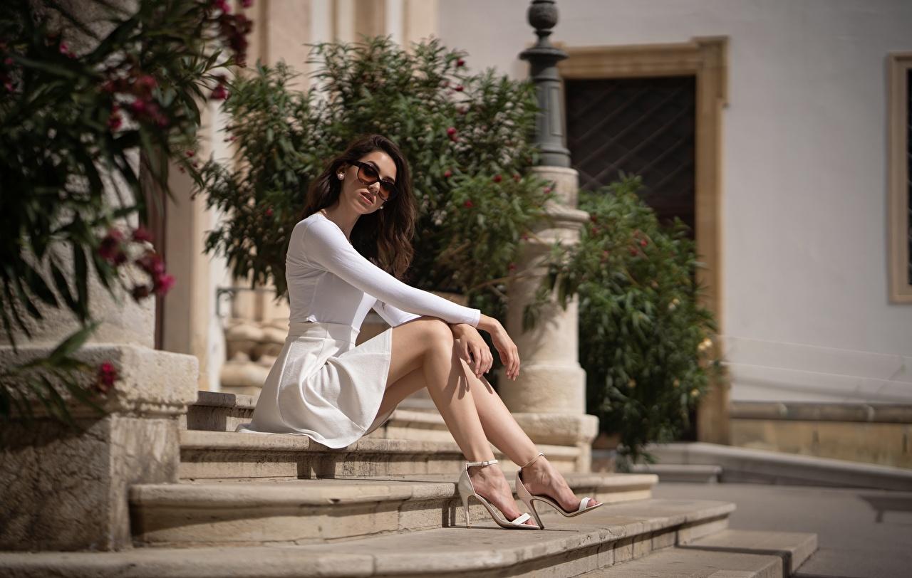 Fotos Bokeh Treppen Mädchens Bein sitzt Brille Blick Kleid unscharfer Hintergrund Treppe Stiege junge frau junge Frauen sitzen Sitzend Starren