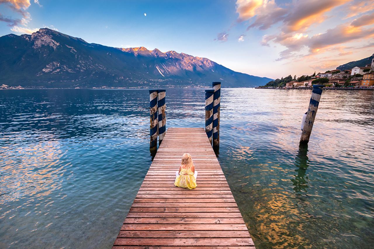 Foto Kleine Mädchen Italien Limone sul Garda Lombardy Kinder Natur Gebirge See Sitzend Bootssteg Seebrücke Schiffsanleger