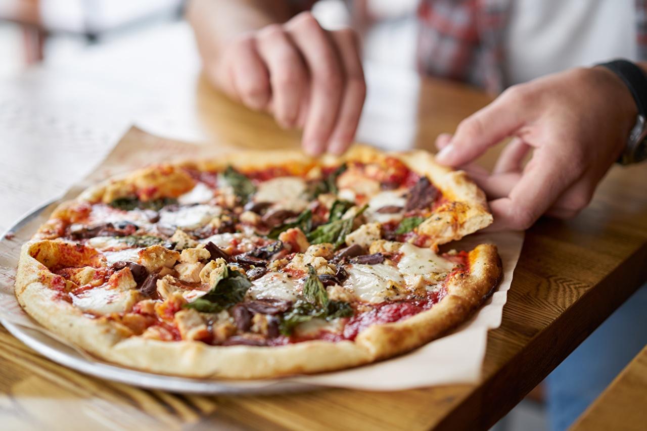 Fotos Bokeh Pizza Hand Tisch Lebensmittel unscharfer Hintergrund das Essen