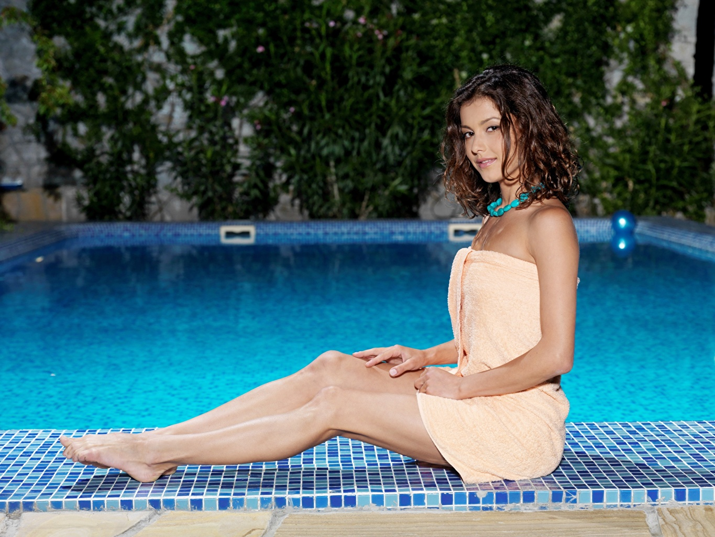 Desktop Hintergrundbilder Braune Haare Schwimmbecken junge frau Bein Hand sitzt Handtuch Braunhaarige Mädchens junge Frauen sitzen Sitzend