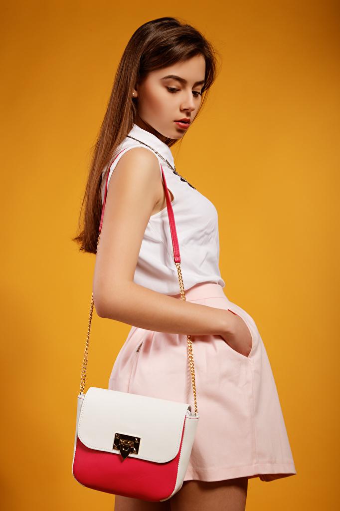 Bilder von junge Frauen Pose Viacheslav Krivonos Lera Model Farbigen hintergrund Handtasche Braunhaarige  für Handy Mädchens junge frau posiert Braune Haare