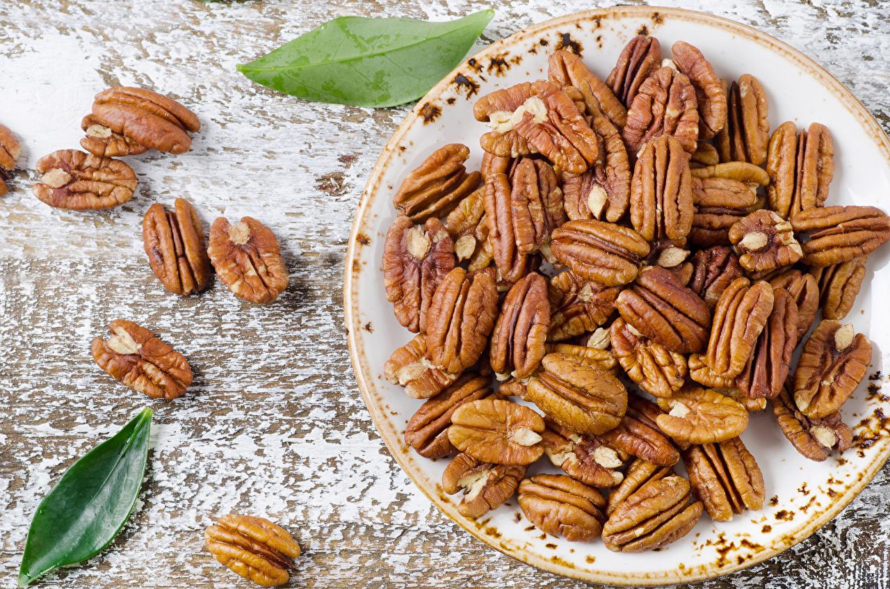 Fotos Teller Lebensmittel Großansicht Nussfrüchte Schalenobst
