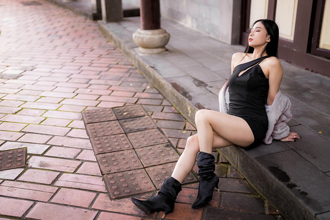 Fotos von Stiefel junge Frauen Bein Asiatische sitzen Kleid Mädchens junge frau Asiaten asiatisches sitzt Sitzend