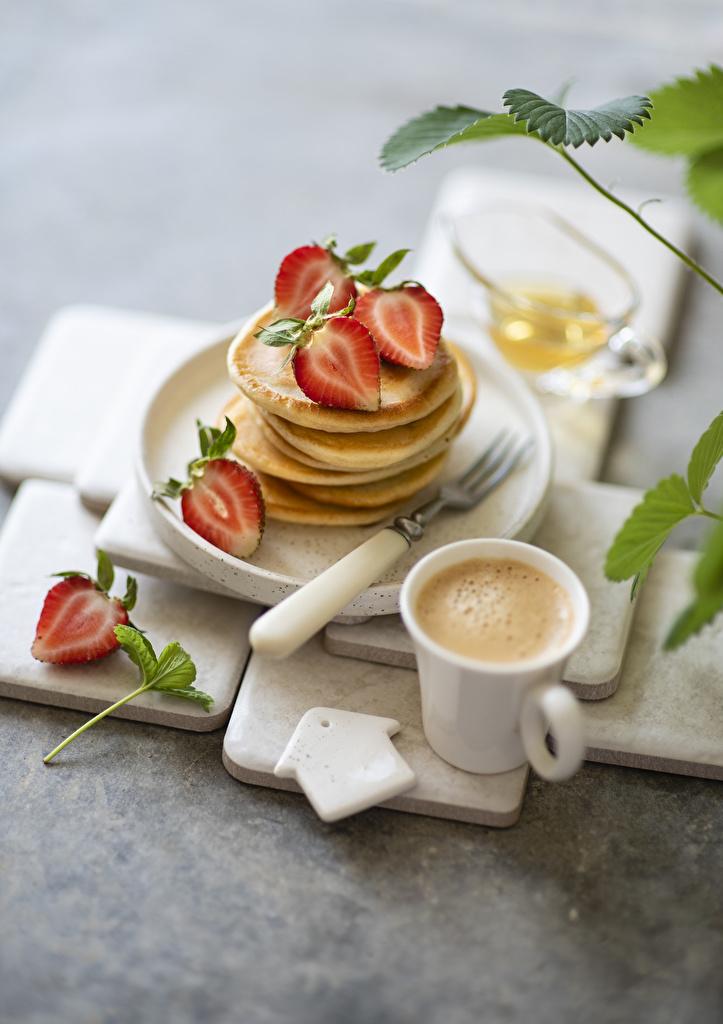 Fotos unscharfer Hintergrund Kaffee Cappuccino Eierkuchen Erdbeeren Becher Lebensmittel  für Handy Bokeh das Essen