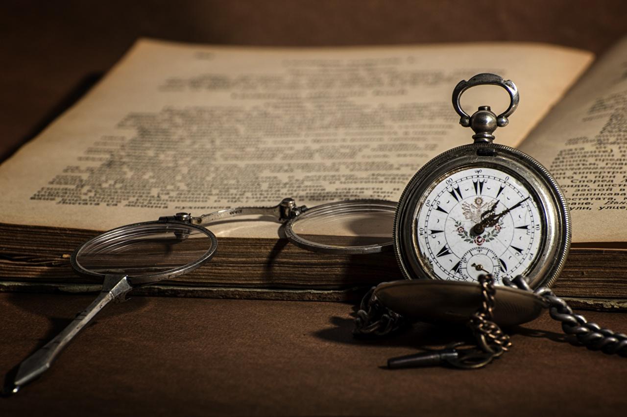 Foto Bokeh Taschenuhr Uhr Brille Bücher unscharfer Hintergrund Buch