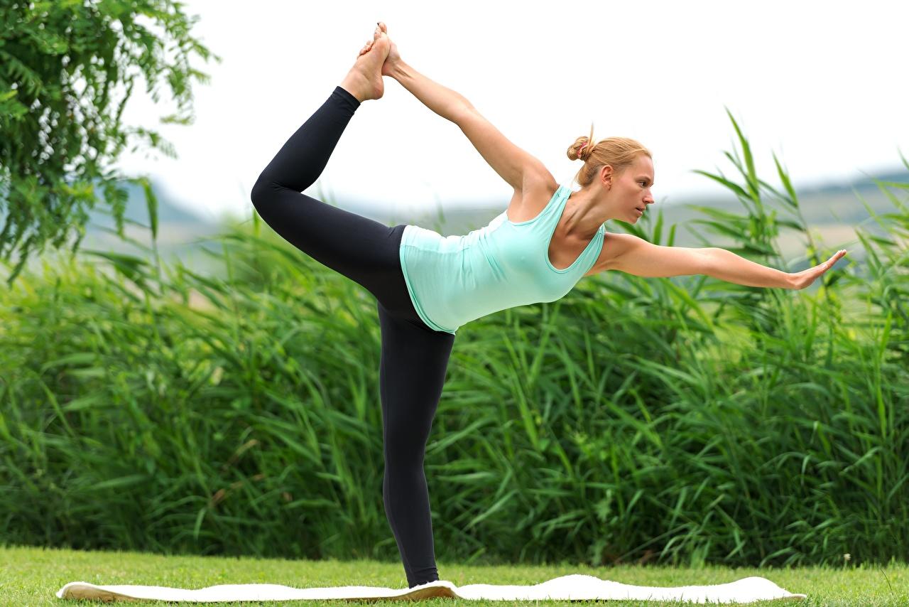 Bilder Blond Mädchen Joga Trainieren Dehnübungen Fitness Mädchens Bein Gras Hand Blondine Yoga Körperliche Aktivität Dehnübung junge frau junge Frauen