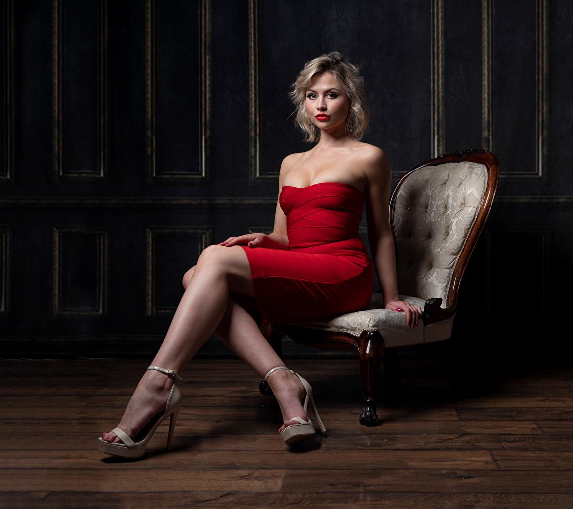 Desktop Hintergrundbilder Blond Mädchen Katie Mädchens Bein Sessel Sitzend Blick Kleid Blondine junge frau junge Frauen sitzt sitzen Starren