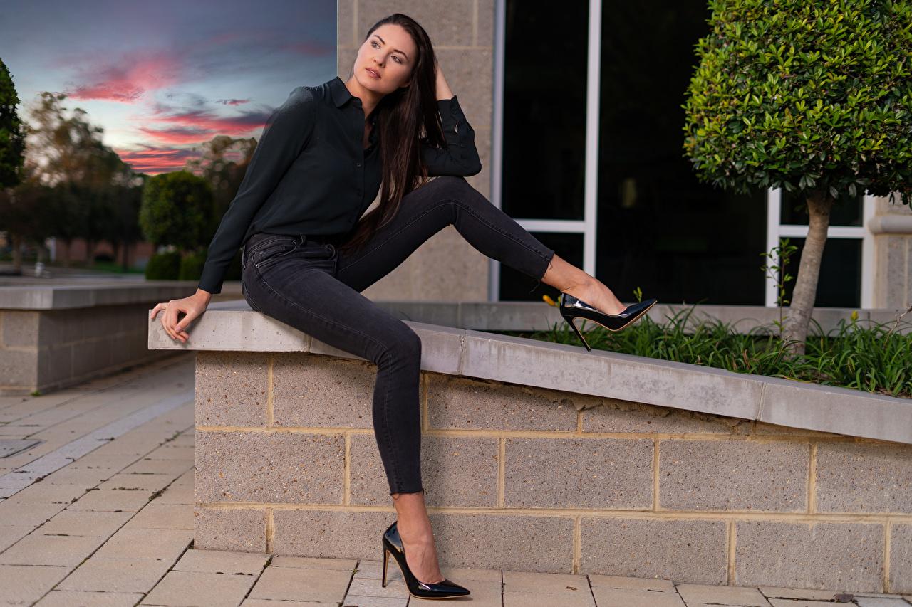 Bilder von Mädchens Natalia Larioshina sitzen Jeans Blick Bein posiert Model Hemd junge frau junge Frauen sitzt Sitzend Starren Pose