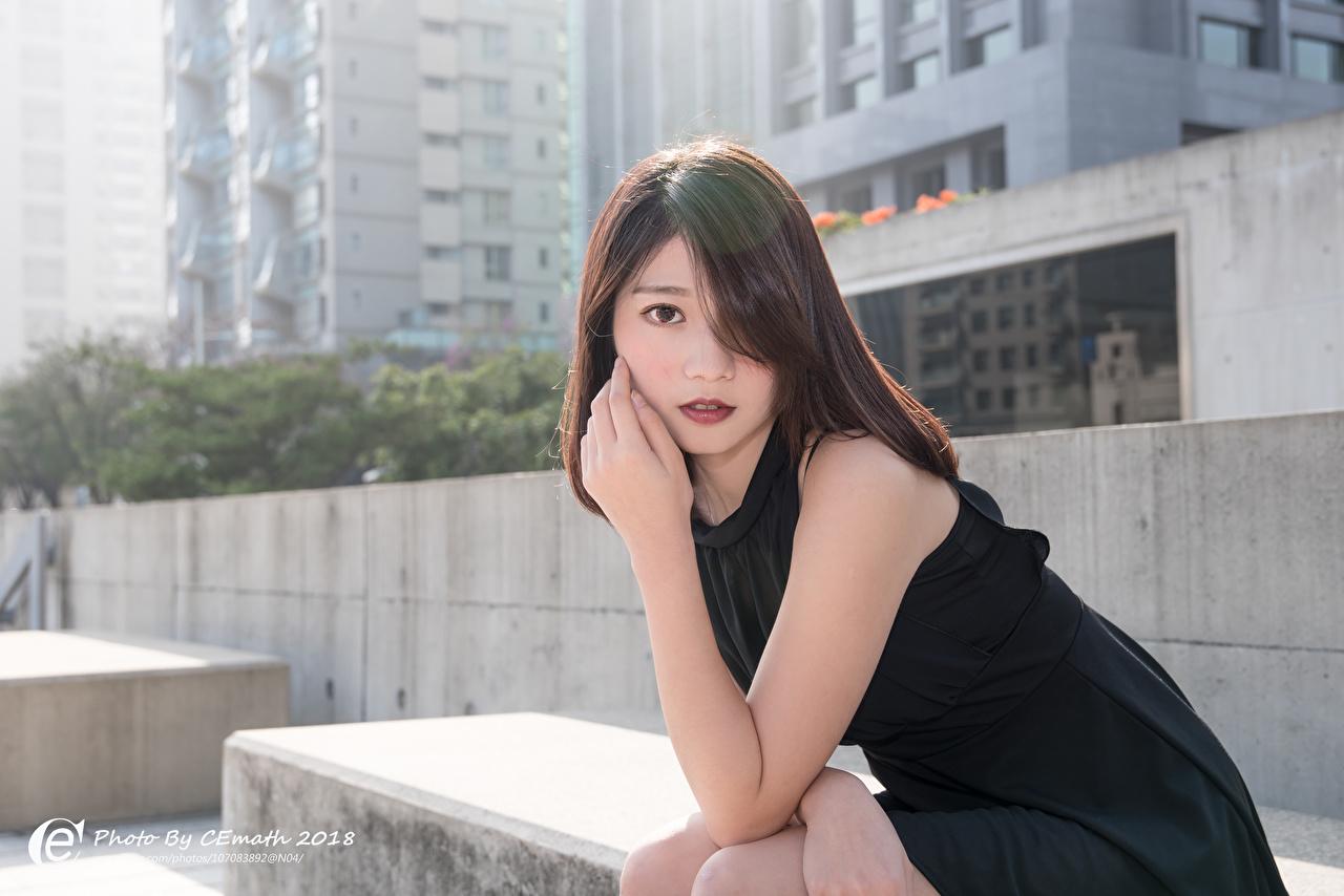 Fotos von Brünette Bokeh junge Frauen Asiaten Hand Blick Kleid unscharfer Hintergrund Mädchens junge frau Asiatische asiatisches Starren