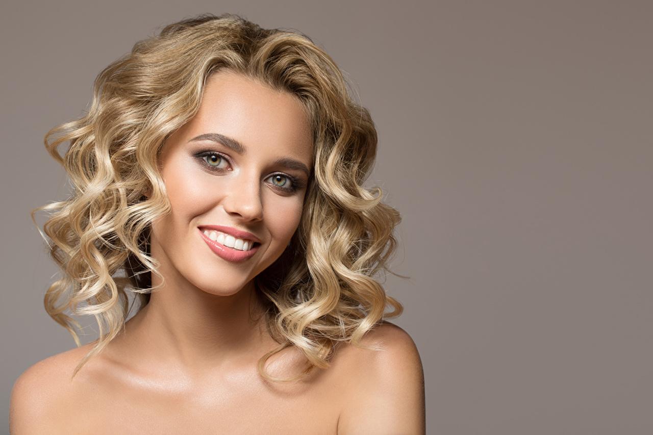 Bilder von Blond Mädchen Lächeln Gesicht junge frau Grauer Hintergrund Blondine Mädchens junge Frauen