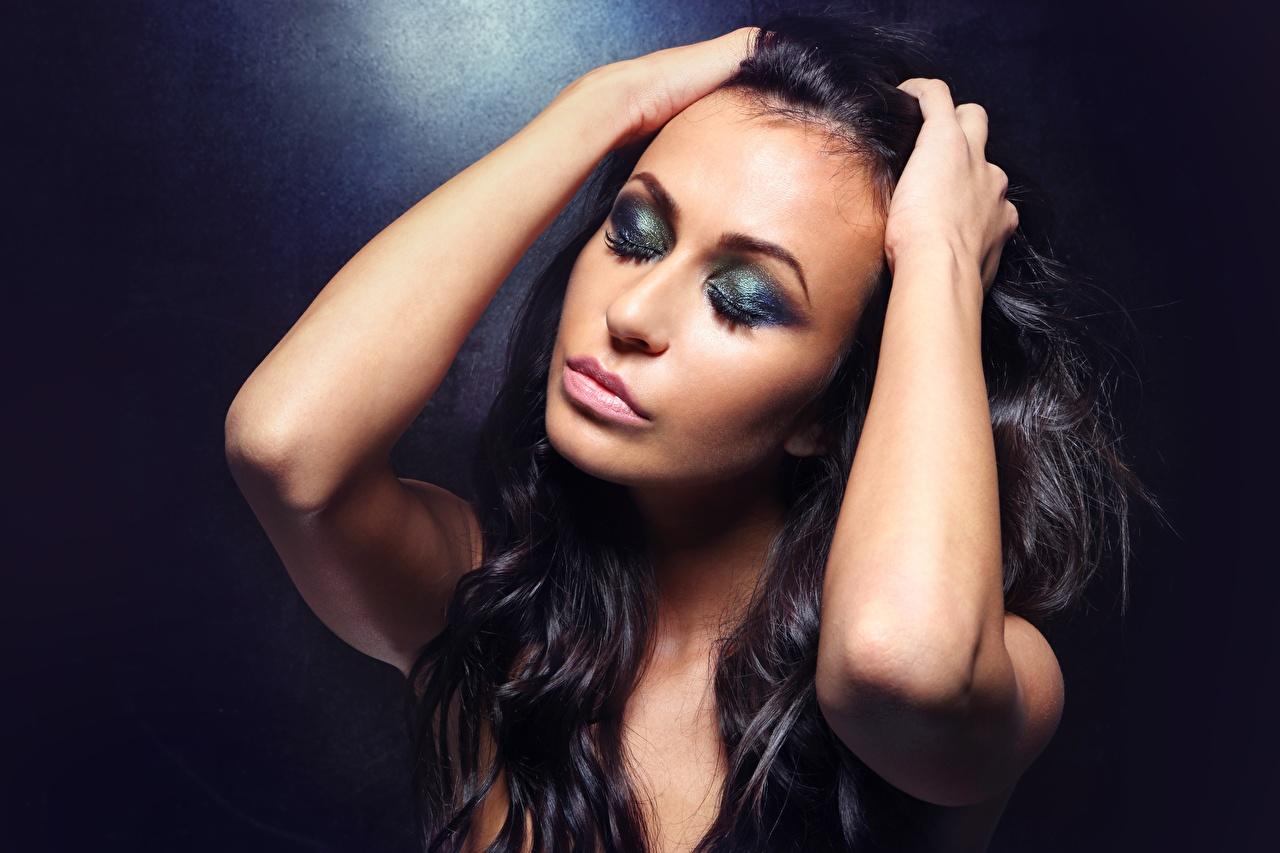Fotos Brünette Model Schminke Haar junge frau Hand Make Up Mädchens junge Frauen
