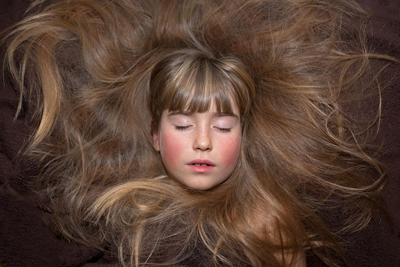 Desktop Hintergrundbilder Kleine Mädchen Dunkelbraun Braunhaarige kind Haar Gesicht hautnah Braune Haare Kinder Nahaufnahme Großansicht