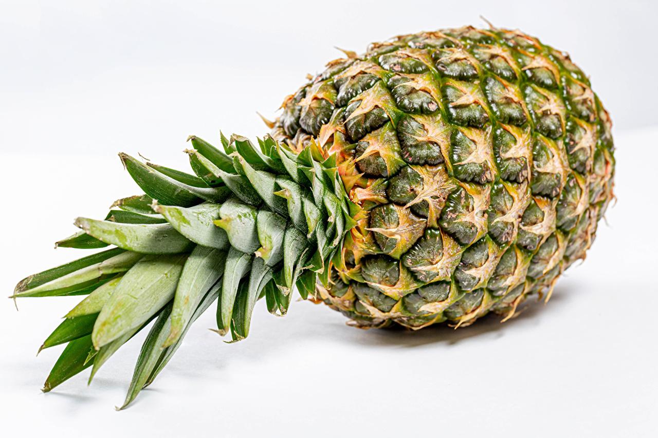 Bilder von Ananas das Essen Großansicht Weißer hintergrund Lebensmittel hautnah Nahaufnahme