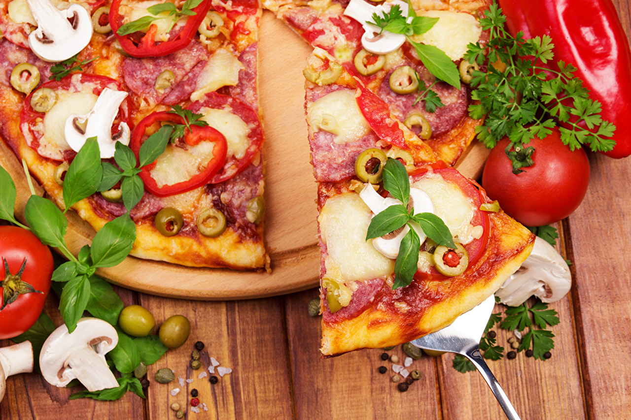 Fotos von Lebensmittel Pizza Tomaten Pilze Fast food Basilikum Großansicht das Essen Tomate Königskraut Basilienkraut hautnah Nahaufnahme