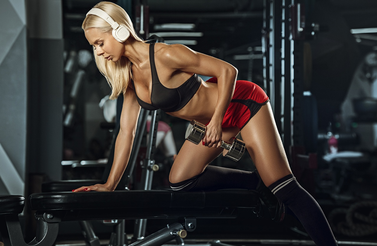 Desktop Hintergrundbilder Kopfhörer Blond Mädchen Turnhalle Trainieren Fitness Sport Hanteln Mädchens Blondine Fitnessstudio Körperliche Aktivität Hantel junge frau sportliches junge Frauen