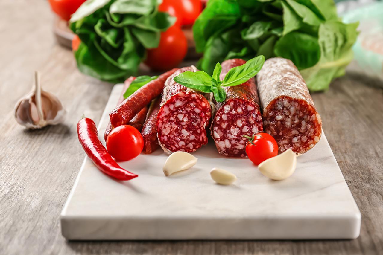 Fotos Wurst Tomaten Chili Pfeffer Knoblauch Lebensmittel Schneidebrett Tomate das Essen