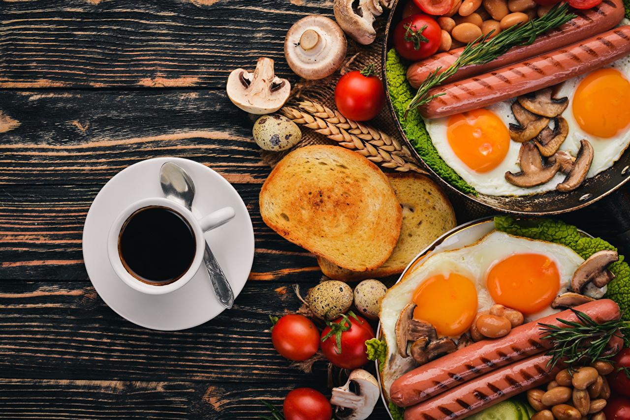Foto Ei Spiegelei Kaffee Tomate Frühstück Brot Pilze Wiener Würstchen Tasse Lebensmittel eier Frankfurter Würstel das Essen