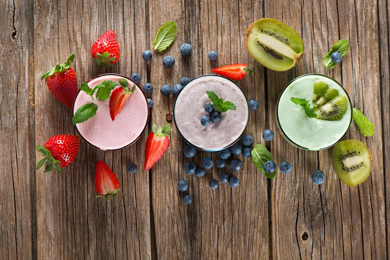 Images Yogurt Kiwifruit Strawberry Blueberries Food Wood planks Kiwi Chinese gooseberry boards