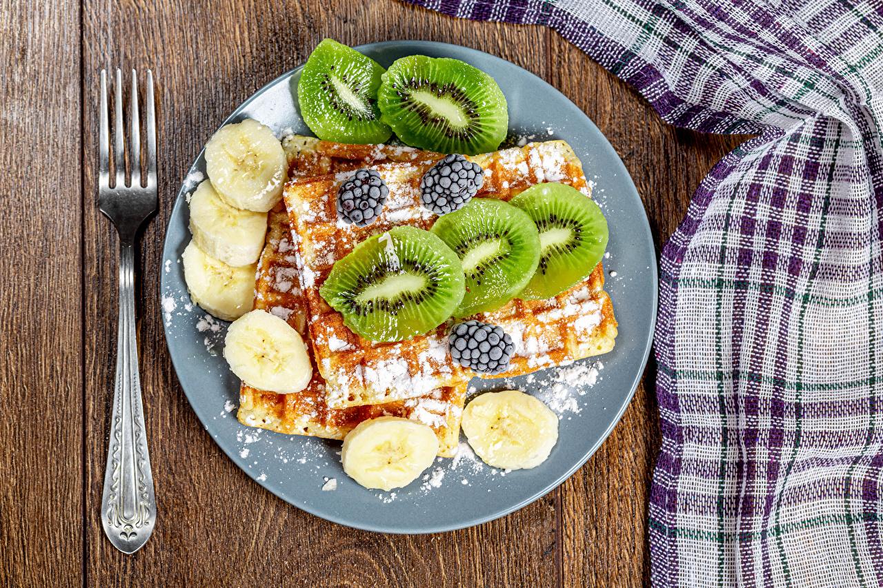 Bilder von Waffeln Puderzucker Kiwi Bananen Brombeeren Teller Essgabel Lebensmittel Kiwifrucht Chinesische Stachelbeere Gabel das Essen