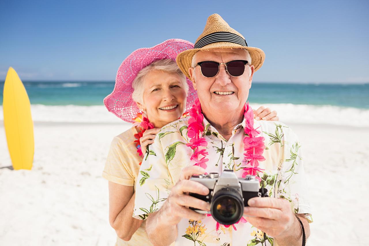 Bilder Reisender Mann Fotoapparat ältere frauen Lächeln Alter Mann 2 Der Hut Brille Tourist Alte Frau Zwei